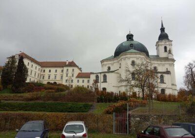 Křtinský zámek a kostel Jména Panny Marie na podzim