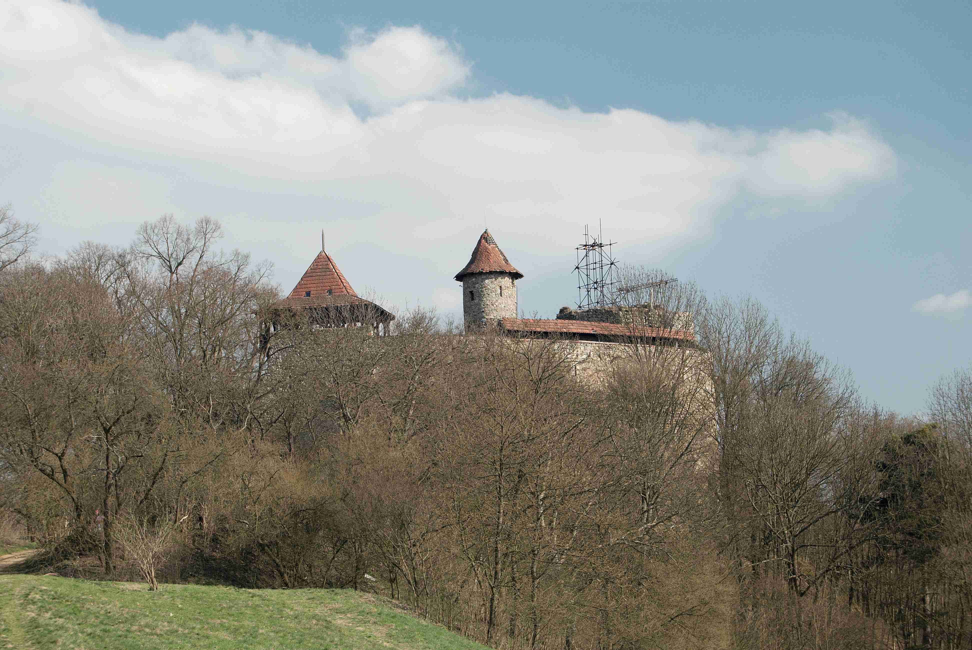 Pohled na Nový Hrad od severozápadu (převzato z Wikimedia Commons)