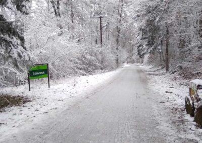 Lesní cesta Červená - začátek / konec na Kopaninách v zimě, autor Martin Šerák