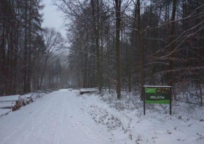 Lesní cesta Melatín - severní začátek / konec cesty v zimě s cedulí