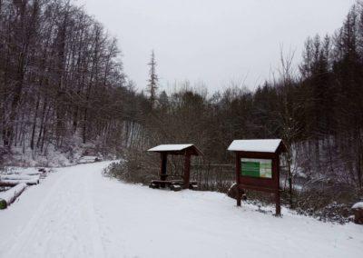 Lesní cesta Melatín - vodní nádrž v zimě - celkový pohled