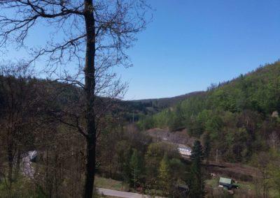 Lesní cesta Pod Jelencem - vyhlídka na údolí s železnicí