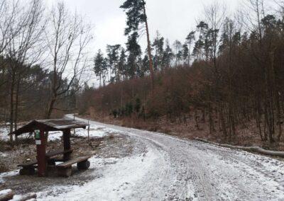 Lesní cesta Rakovec - přístřešek v zimě