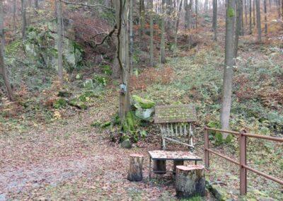 Lesní cesta Zrcadlová - posezení kousek od křížku u Márovek