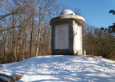 Máchův památník - pohled od jihozápadu v zimě