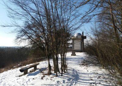 Máchův památník - pohled od východu v zimě