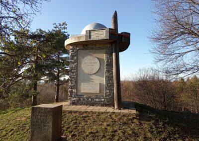 Máchův památník - pohled od východu na podzim