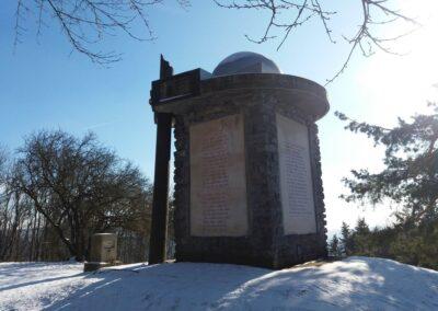 Máchův památník v zimě