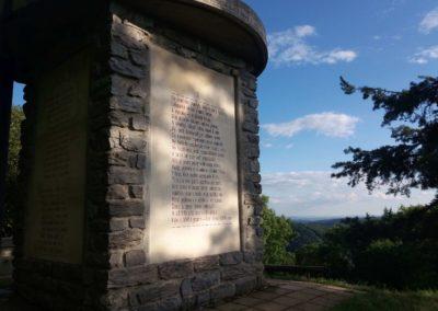 Máchův památník - západní strana a pohled do krajiny