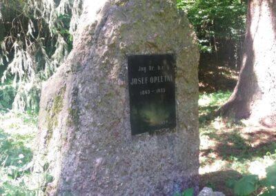Památník Josefa Opletala na palouku u silnice z Babic nad Svitavou do Křtin