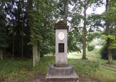 Resslův památník na lesní cestě Červená