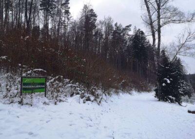 Východní začátek / konec lesní cesty Rosenauerovy v zimě s cedulí