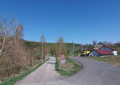 Vesnice Březina - komunikace k lesní cestě Březinka
